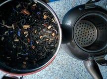 Te och kaffebryggare arkivbilder
