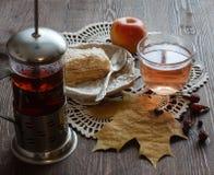 Te och kaka med höstlynne Royaltyfri Foto