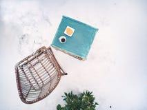 Te och kakor i vinter royaltyfri foto