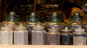 Te och kryddor i en indisk marknad Arkivbild