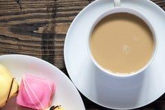 Te och läckerbitar Arkivbild