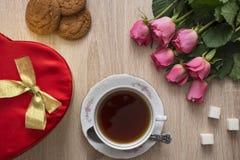 Te och rosor Arkivfoto
