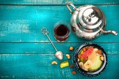 Te och turkisk fröjd på träbakgrund Royaltyfri Foto