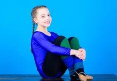 Te ontspannen notulen De ritmische gymnastieksport combineert de dans van het elementenballet Meisje weinig maillot van turnerspo royalty-vrije stock foto