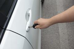 Te openen of de te sluiten sleutels van de de holdingsauto van de vrouwenhand Stock Afbeeldingen