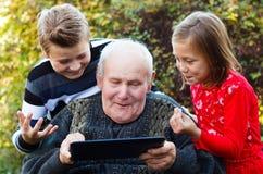 Te oud om een tablet te gebruiken? stock afbeeldingen