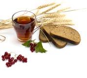 Te, sädesslag, vinbär och bröd Royaltyfri Bild