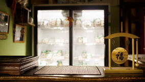 Te shoppar suddig bakgrund, trästången, tabellöverkant Traditionell ceremoni, gong med kinesisk hieroglyfönska av lycka Illumi royaltyfri fotografi