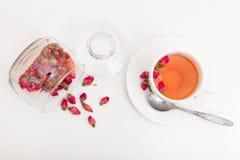 Te som göras från torkade rosebuds royaltyfri fotografi