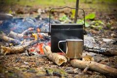Te som lagas mat på branden Arkivfoton
