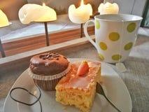 Te Tid med kaka- och stearinljusljus arkivfoto