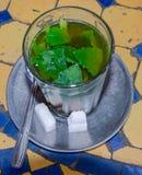 Te tjänade som och förberedde sig att dricka, egenar av artighet royaltyfria foton