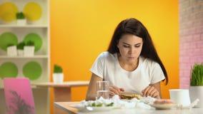 Te veel etende snel voedselvrouw die misselijkheid, oude ongezonde kost, ongezonde voeding voelen stock videobeelden