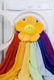 Te wassen wasmachine, stuk speelgoed en kleurrijke wasserij Stock Fotografie