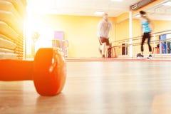 Te zware mannelijke en vrouwelijke trainer met de perfecte calorieën van de lichaamsbrandwond door training Persoonlijke opleidin stock fotografie
