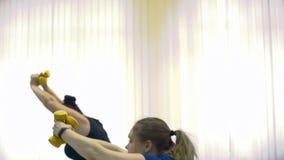 Te zware vrouwen die oefeningen doen om vet te verliezen stock video