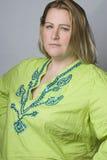 Te zware vrouwen in rimpeloverhemd stock afbeelding