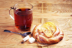 Tea with bun for breakfast Royalty Free Stock Photos
