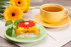 Tea with cake and flowers Royalty Free Stock Photos