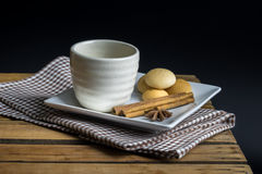 Tea cup with crackers Royalty Free Stock Photography
