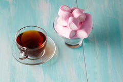 Tea cup and pink marshmallows Royalty Free Stock Photography