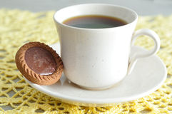 Tea cup with a round biscuit Stock Photography