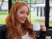Tea eller kaffe för härlig flicka dricka Royaltyfria Bilder