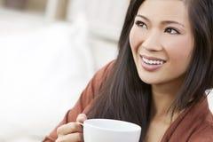 Tea eller kaffe för kinesisk asiatisk kvinna dricka Fotografering för Bildbyråer