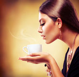 Tea eller kaffe för härlig flicka dricka Arkivbild