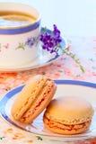 tea för macarons för eftermiddagmuffiner hög Arkivbild