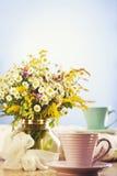 Tea för två och sommarblommor Arkivfoton