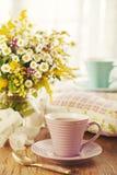 Tea för två och sommarblommor Royaltyfri Bild