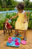 Tea för henne docka Arkivfoton