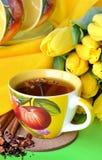 Tea kuper och gula tulpan Royaltyfria Foton