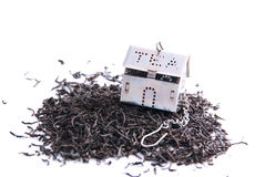 Tea leaves and small house. Foto Tea leaves and small house Stock Photography