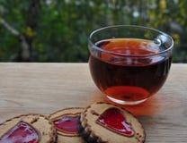 Tea med kexar arkivbild