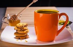 Tea med kexar Arkivfoto