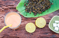 Tea med mjölkar Arkivfoton