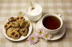 Tea och kexar arkivbilder