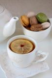 Tea och macaroons Arkivbild
