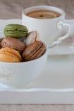 Tea och macaroons Arkivbilder