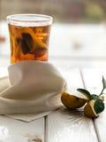 Tea och quince på den vita tabellen Arkivfoto