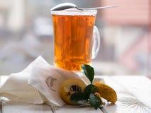 Tea och quince på tabellen Royaltyfri Fotografi
