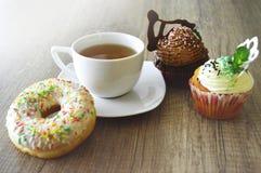Tea och sötsaker arkivfoto