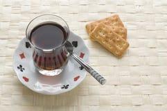 Tea och salt kakor royaltyfria foton