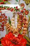 Tea Party ruso tradicional incluyendo té negro caliente del samovar, del azúcar de terrón, del sushki de los panecillos del cruji imagenes de archivo
