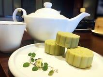 Tea-pot & matcha-κέικ Στοκ εικόνες με δικαίωμα ελεύθερης χρήσης