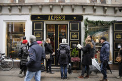 TEA SHOPPERS WAITING AT ACPERCH Royalty Free Stock Photography