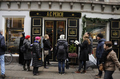 TEA SHOPPERS WAITING AT ACPERCH Royalty Free Stock Images