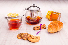 Tea in a transparent cup, cinnamon and oat cookie Royalty Free Stock Photos